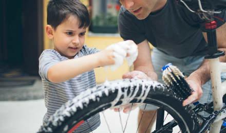 Vader en zoon maken een fiets schoon