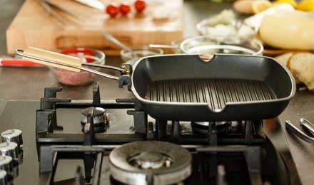 Lege, schone grillplaat op gasfornuis