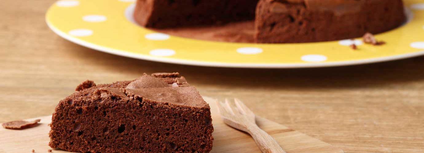 Een chocolade-pralinetaart met een punt eruit gesneden