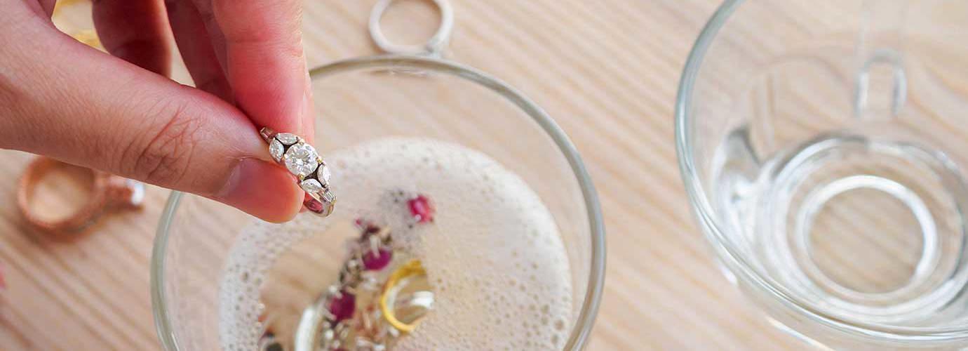 Thuis gouden en zilveren sieraden schoonmaken