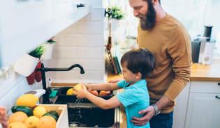 Eine Mutter hilft ihren Kindern sich die Hände zu waschen